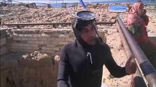 قطع معدنية تحمل أمنيات المصريين في الحب والثراء إلى البحر في بير مسعود