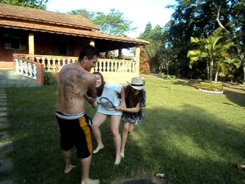 Julia sendo jogada na piscina