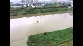 කඩා වැටුන ගුවන් යනයේ විඩියෝව TransAsia plane crashes into Taiwan river, up to 11 dead [VIDEO]