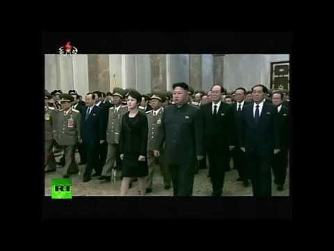 Kim Jong-un y su esposa visitan el mausoleo de su padre en el segundo aniversario de su muerte