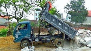 Bé xem xe ô tô tải ben chở và đổ đất đá   Nhạc thiếu nhi : Cô và mẹ   Tientube TV