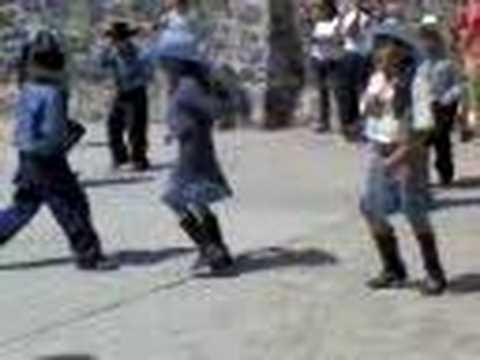 niños bailando duranguense
