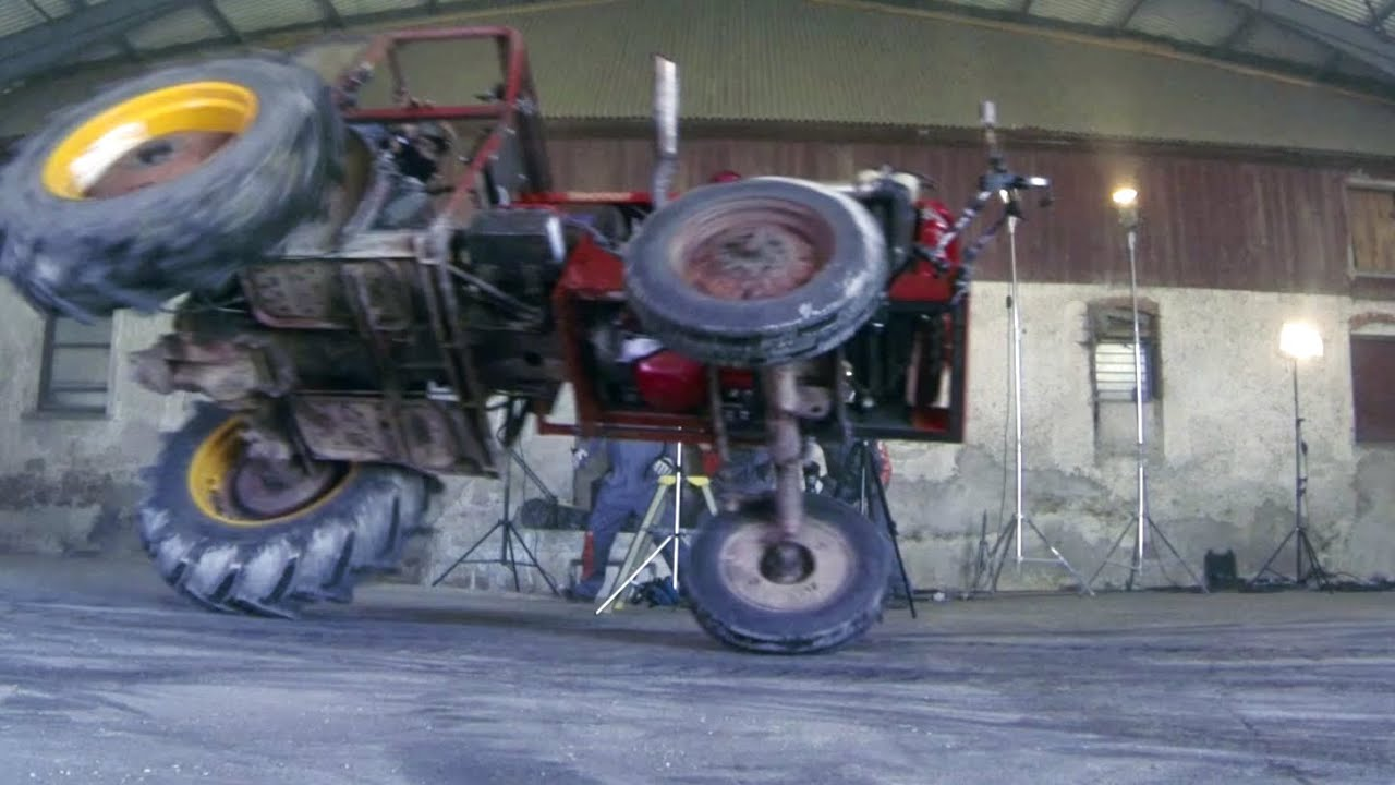 Ils font du gymkhana en tracteur
