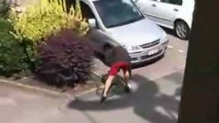 pelea de un borracho contra hombre invisible