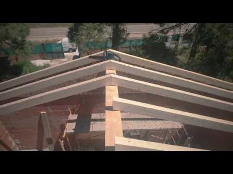 Tejado en León, estructura de madera vista laminada