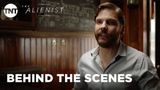 The Alienist: History of the Serial Killer with Daniel Brühl [BEHIND THE SCENES] | TNT