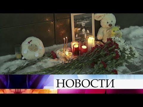 Жители Орска несут цветы и свечи в центр города к фотографии самолета «Москва-Орск».