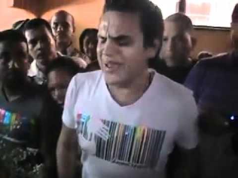Silvestre le canta A Fan en Su Sepelio