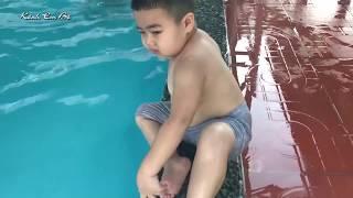 Bé Chuột sợ nước khi đi tắm bể bơi❤Kênh Em Bé