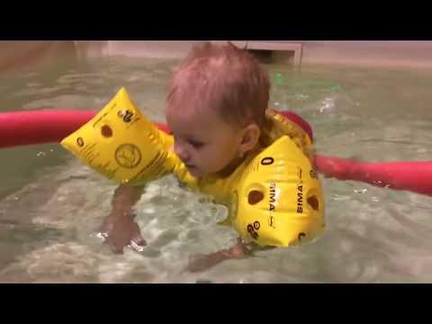 видео как плавают малыши в ванной