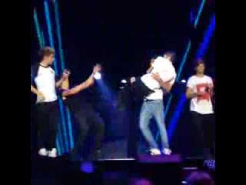 Liam tomando a Zayn en brazos y Harry cayéndose