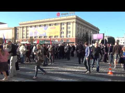 Харьковские ультрас закидали митинг коммунистов.