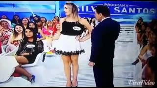 Silvio Santos levanta saia de convidada