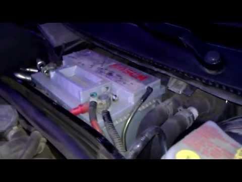 Видео как снять аккумулятор с машины