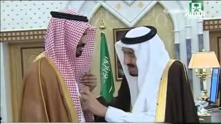 من يد الملك سلمان وسام المؤسس لأسير القاعدة المحرر