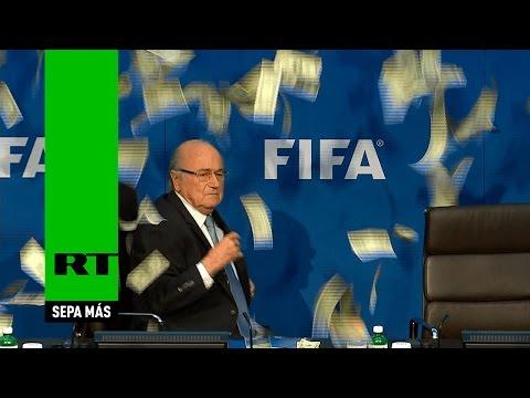 """Video: """"lluvia de billetes"""" en plena conferencia de Blatter"""