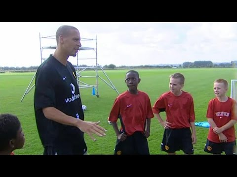 Rio Ferdinand Teaches 12 Year Old Danny Welbeck & Larnell Cole The 'Flick Behind' Skill In 2003