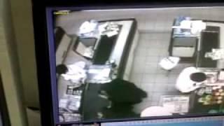 امرأة تسحر موظف كاشير في بنده وتسرقه.flv