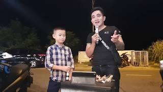 Bị phát hiện trong quán ăn, Nguyễn Quốc Linh được yêu cầu hát 3 bài liền | Bản Sắc Việt