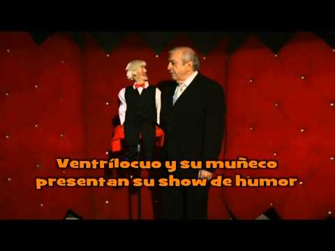 Ventrílocuo y su muñeco hacen su show de humor