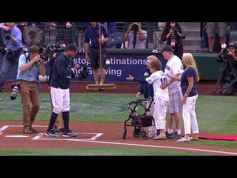 LAA@SEA: 108-year-old woman tosses first pitch
