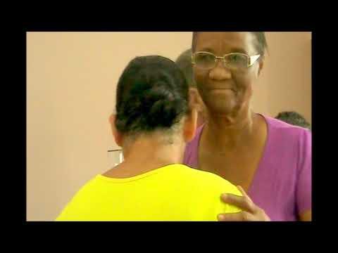 Mulher é batizada no velório do marido