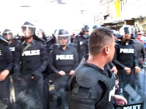 Police Trying to Block Sukhumvit Road