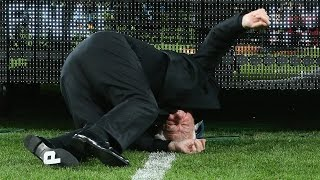 Caida de Frank Lowy  FFA chairman Frank Lowy falls off stage following A-League grand final