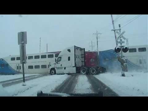 Tren arrolla camión de FedEx