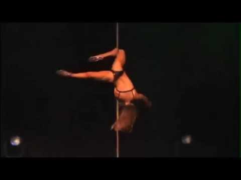 Сексуальная девушка исполняет танец на шесте