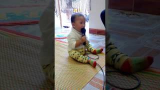 Bé 1 tuổi hát karaoke gây sốt cộng đồng mạng