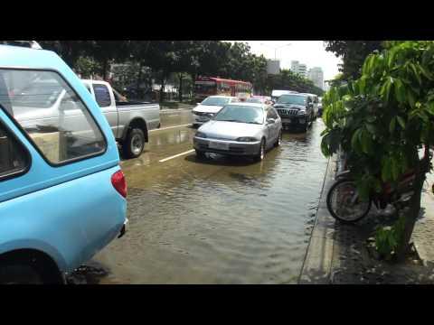バンコクの冠水Flood water at Ratchadapisek Road in Bangkok