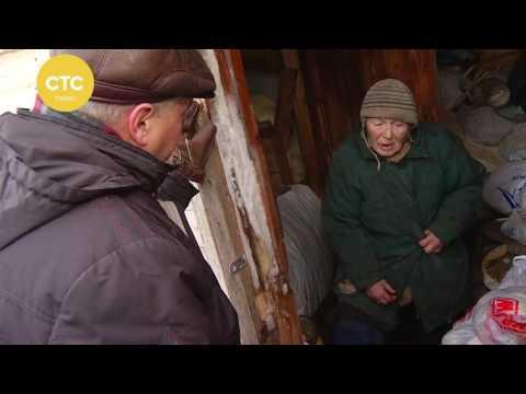 Женщина живет с козами в сарае
