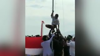 Aksi Viral Prajurit TNI & Siswa SMP Betulkan Tali Bendera