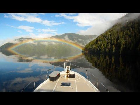 虹が湖に映し出されて虹の目に!自然が作り出す神秘的な美しさ