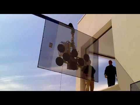 Instalaci n de vidrio con ventosa y con la gr a del cami n for Ventosas para cristales