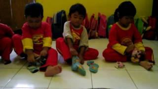 Lomba Memakai Kaos Kaki Anak Anak