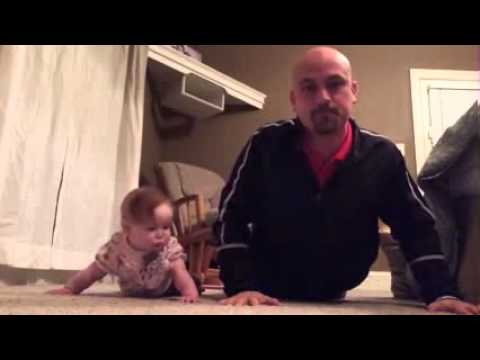 طفلة تُعلِّم والدها تمرين الضغط