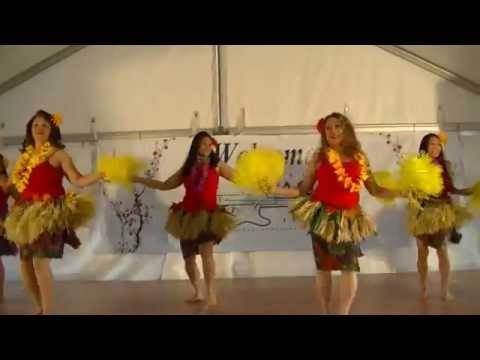Lynna Lai introduces Manivic Pacific Island Dancers