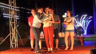 Đố vui thú vị, hài hước trên nền nhạc sàn trong đêm lửa trại