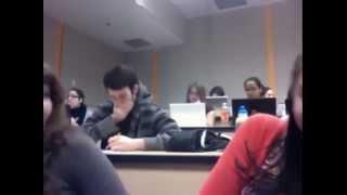 فتيات جامعة يصورن شاب وسيم داخل القسم.. شاهد ماذا فعل بالصدفة