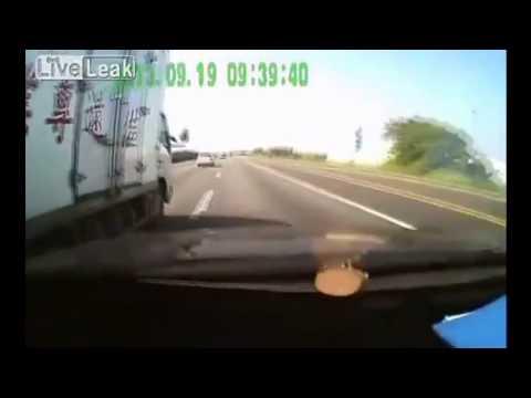 Video Balapan Mobil vs Truk Berakhir Tragis
