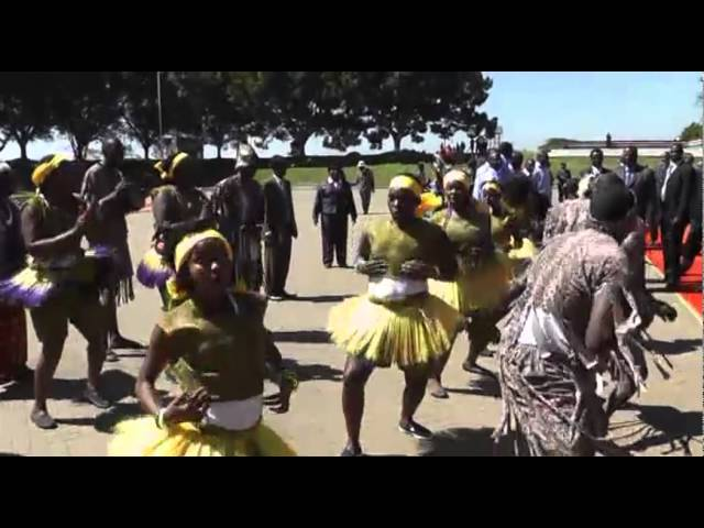BARTAMAHA.com - Kenyan Traditional Dancers Welcoming Somali President [Nairobi]