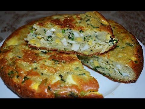 Нежный заливной пирог с яйцами и зеленым луком.