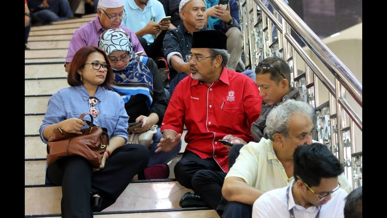 Umno supporters: Treat Najib with decency and respect