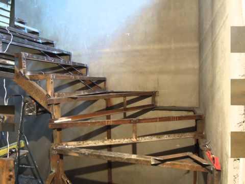 Лестница - металлический каркас с забежными на второй этаж коттеджа