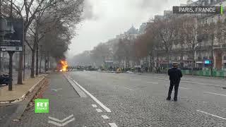 Des Gilets jaunes mettent le feu à une camionnette sur l'avenue de Wagram à Paris