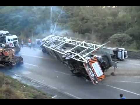 Problema para virar o caminhão tombado