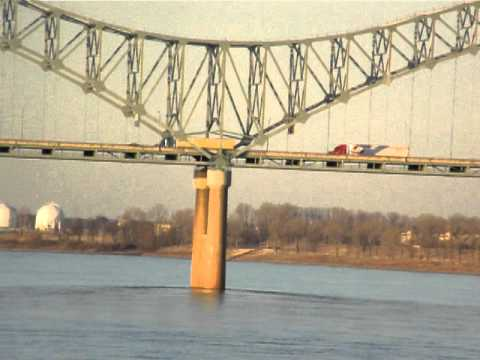 Walking in Memphis! From Tom Lee Park in Memphis, this is a video of the Mighty Mississippi River, the Interstate 40 Bridge, Arkansas shoreline and the Memph...