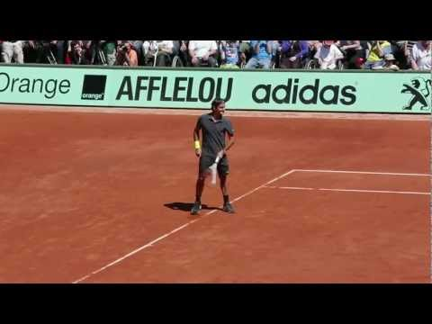 Roger Federer plays left-handed